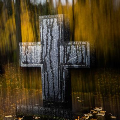 Hautausmaalla risti hautamerkkinä.