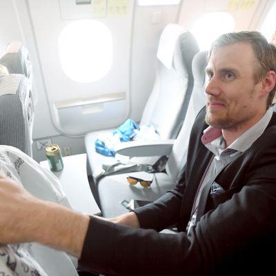 Marko Anttila i flyget på väg till Helsingfors.