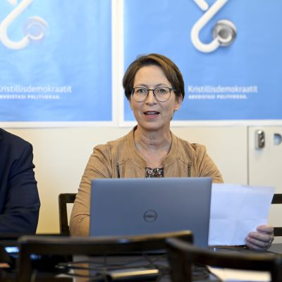 Asmo Maanselkä ja Sari Essayah istuvat pöydän ääressä.