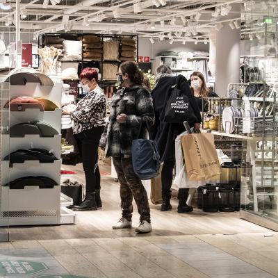 Ihmisiä ostoksilla Kampin kauppakeskuksessa.