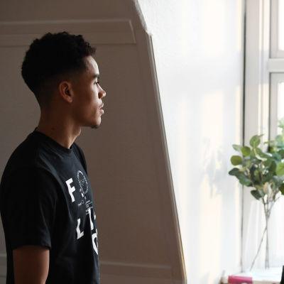 Pyry Soiri tittar ut genom fönstret