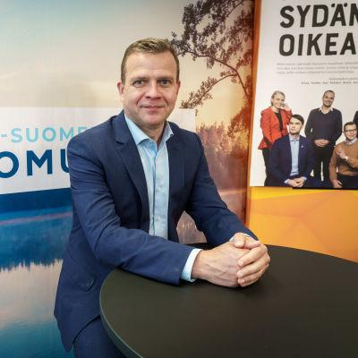 Petteri Orpo Kokoomuksen striimausstudiossa.