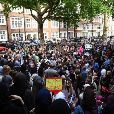 Hundratals demonstranter stormade stadshuset i Kensington med krav på hjälp och rättvisa