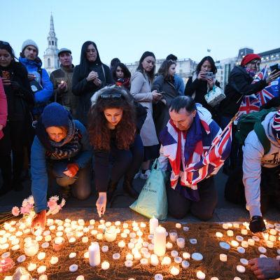 Många britter har hedrat terrordådets offer med att tända ljus vid Westminster Bridge i London