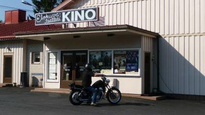 bild av motorcyklist som stannat framför biografen i Pemar.