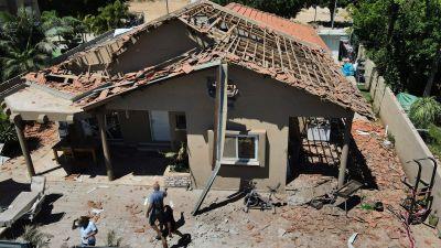 Den här bilden som togs på lördagen i Sderot, i södra Israel, visar omfattande skador på ett bostadshus efter Hamas raketattacker.
