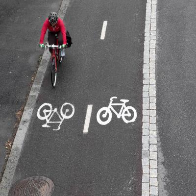 Pyöräilijä pyörätiellä.