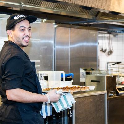 Ravintolan keittiöhenkilökunta valmistelevat menuaterian eri osia.