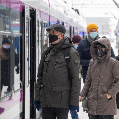 Personer med munskydd på Böle tågstation.