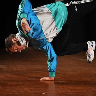 Pontus Linder balanserar på en hand.