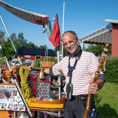 Jean-Francois Alliet bredvid sin vagn