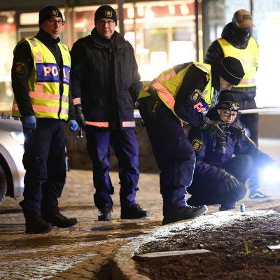 Ruotsalaiset poliisit tutkivat puukotusta kadulla.
