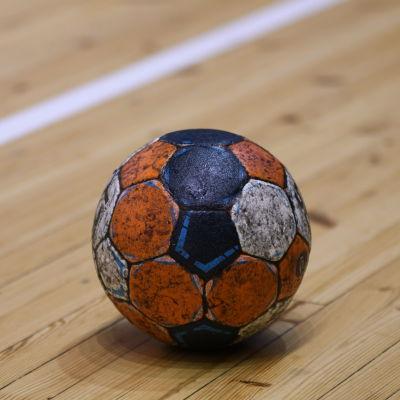 En handboll, inget annat.