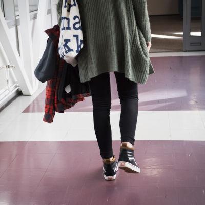 Tyttö kulkee käytävällä