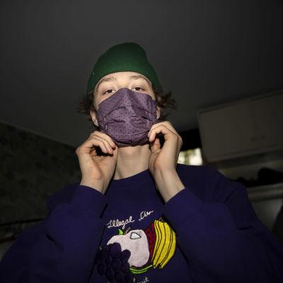 Kangasmaskiin pukeutunut nuori.