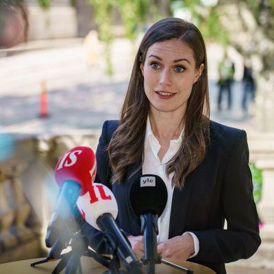Pääministeri Sanna Marin puhuu medialle Säätytalon portailla.