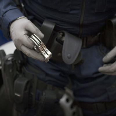 Poliisi ja käsiraudat.