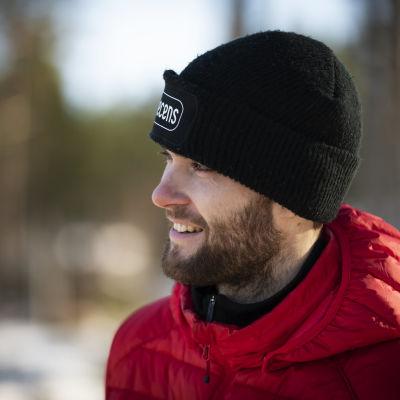 Niclas Grönholm blickar ut över körbanan.