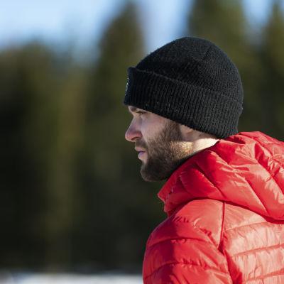Niclas Grönholm blickar ut över isbanan.