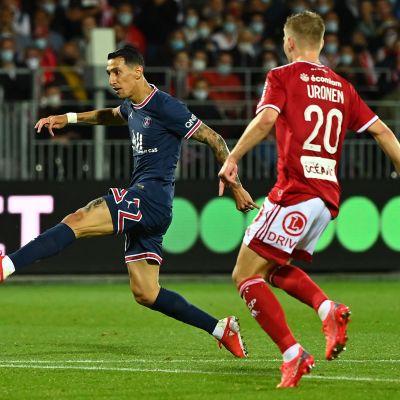 PSG:n Angel Di Maria laukoo maalin joukkueelleen Brest-ottelussa. Jere Uronen myöhästyy hieman tilanteesta.