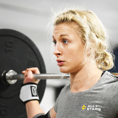 Anni Vuohijoki lyfter tyngder.