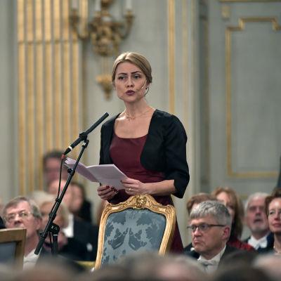Jayne Svenungsson håller tal i Akademien.