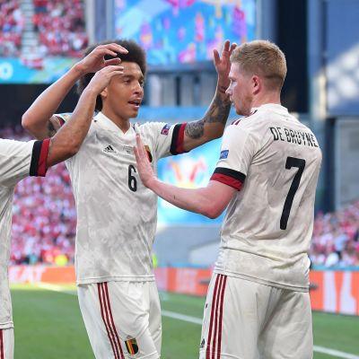 Kevin de Bryune (oikealla) juhlii maalia Belgian joukkueen kanssa.
