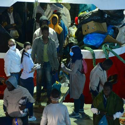De 425 migranterna och flyktingarna fick komma i land i Senglea (eller L'isla) på östra Malta natten till söndagen.