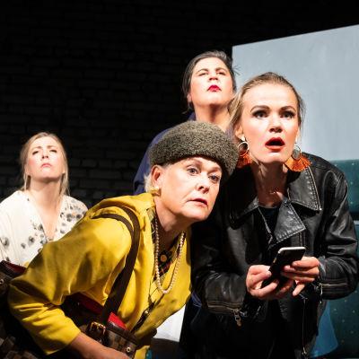 Fyra kvinnor på en scen.