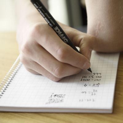 Studerande räknar matteuppgifter