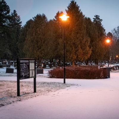 En snöig begravningsplats i mörkret
