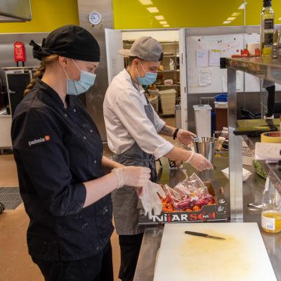 Kokki Jenni Klasila ja keittiöpäällikkö Jetro Luumi valmistavat ruokaa Huoltamon Ravintola keittiössä. 3.2.2021.