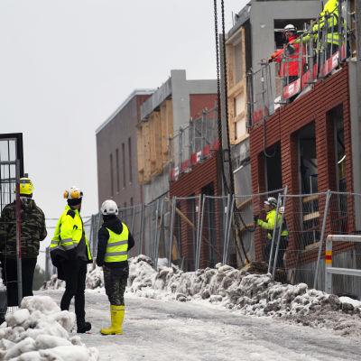 Työntekijöitä rakennustyömaalla.