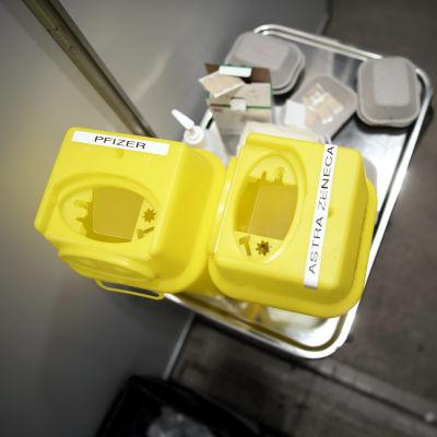 Käytettyjen rokotusneulojen säilytyslaatikot.