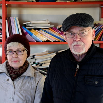 Två äldre personer i en skolklass.