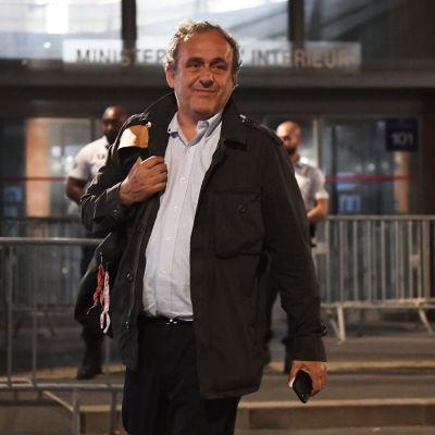 Michel Platini lämnar polishuset