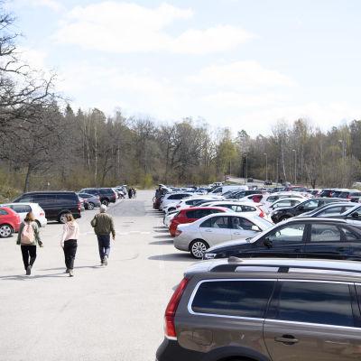 Kuva parkkipaikalta Hellasgårdenin alueelta Tukholman laitamilta. Kuva otettu huhtikuussa 2020.