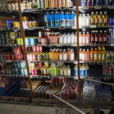 Juomahylly ruokakaupassa.