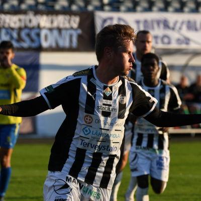 TPS-spelaren Ilari Mettälä firar ett mål i matchen mot Gnistan.