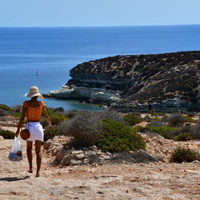 Turist på väg att besöka Kaninstranden på Lampedusa.