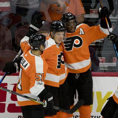 Valtteri Filppula firar mål med Flyers spelare.