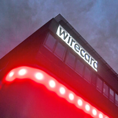 I förgrunden rött ljus, i bakgrunden texten Wirecard.