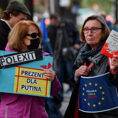 Mielenosoittajia Varsovassa 7. syyskuuta.