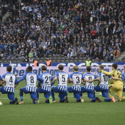 Spelarna i Hertha Berlin står på knä