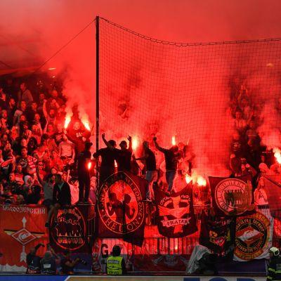 Spartak-supportrar bränner av bengaliska eldar i Slovenien.