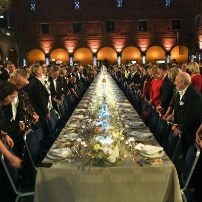 Alla väntar på att få sätta sig under Nobelbanketten.