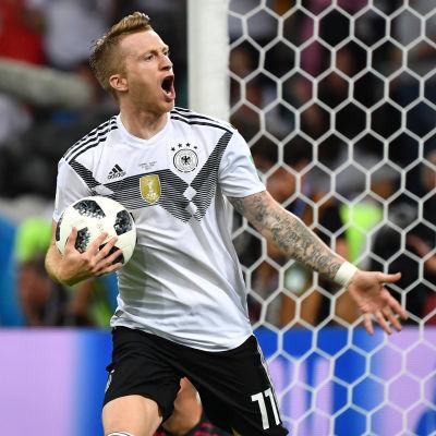 Marco Reus firar ett mål vid VM i Ryssland 2018.