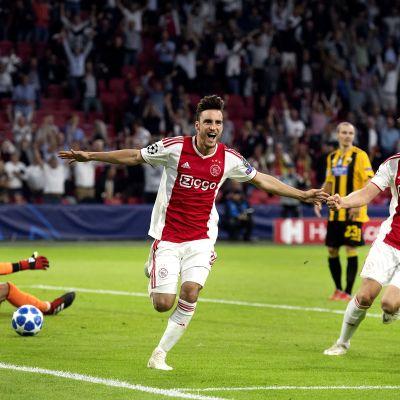 Nicolás Tagliafico firar ett mål.