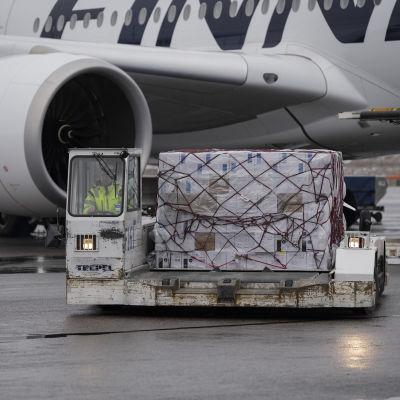 Finnairin kone toi Kiinasta tilattuja suojavarusteita Helsinki-Vantaan lentoasemalle.