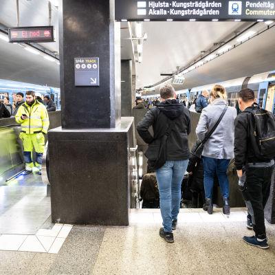 På perrongen till tunnelbanan vid T-centralen är det så gott som ingen som bär munskydd.